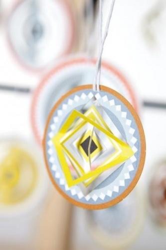 Jurianne Matter C I R C L E S! Hver pakke inneholder 3 kort med 3 ulike sirkeldesign (totalt 9 enkle pop-out sirkler per pakke);Sirklene kommer i ulike størrelser (5-8 cm);Trykk ut sirklene fra kortene og heng dem opp i grener til påske eller til pynt i juletreet. Økologisk papir og økologisk plastemballasje.