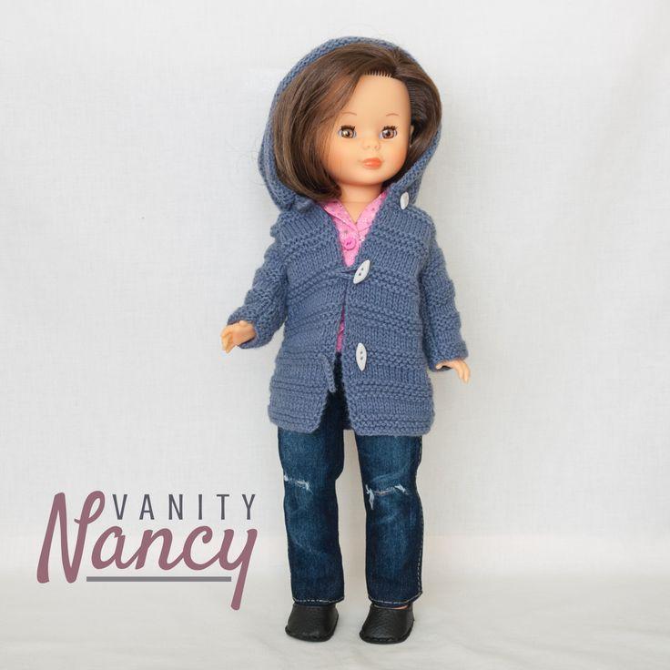 Nancy con camisa, pantalón vaquero, zapatos y trenca, todo ello realizado con los patrones listos para imprimir de Vanity Nancy.