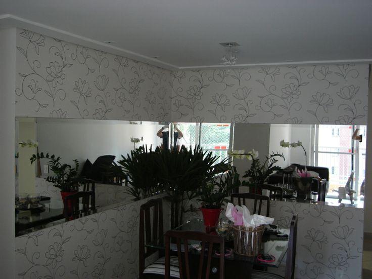 Sala de jantar com espelho e papel de parede