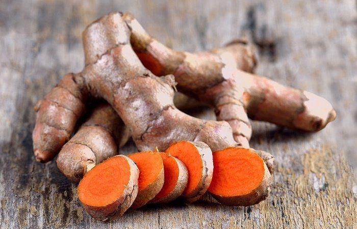 18 usos sorprendentes de la cúrcuma. La cúrcuma es prima del jengibre, este rizoma tiene una larga historia de uso en remedios a base de hierbas, especialmente en China, India e Indonesia.