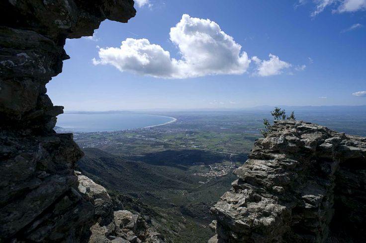 El castell de Sant Salvador de Verdera ofereix vistes a la plana de l'Alt Empordà, del monestir de Sant Pere de Rodes, del golf de Roses, dels Pirineus amb el Canigó al fons o del Rosselló.