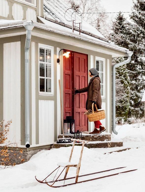 Lumisen pellon laidassa kohoaa vanha, valkoinen puuhuvila. Siellä asuu kolmihenkinen perhe, joka rakastaa joulua. Eeva ja hänen perheensä asuvat vuonna 192