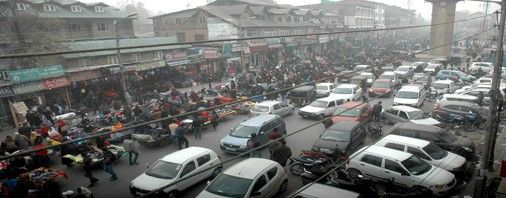 Business hub Lal Chowk abuzz as people making purchases of warm clothes in Srinagar on Sunday. (UNI)
