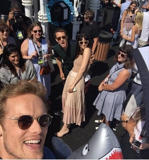 Outlander cast selfie'at 2017 Come-on.