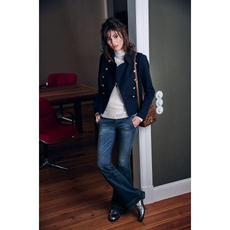 Die betonte Taille und das Schößchen verleihen dem hochgeschlossenen Uniform-Stil eine feminine Note. Wer diese noch unterstreichen möchte, kombiniert den Blazer mit Rock und Pumps.