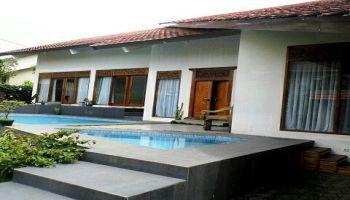 villa di lembang dengan kolam renang