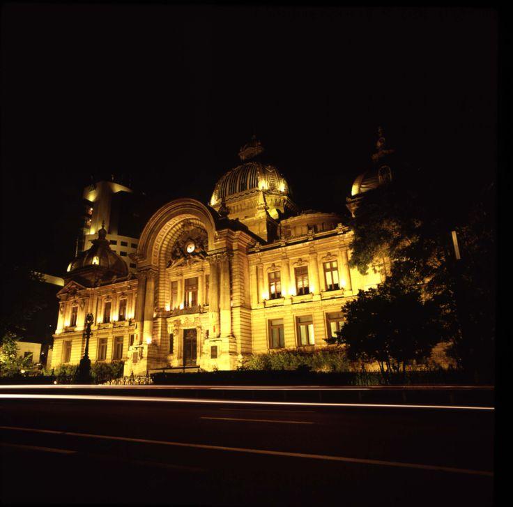 Palatul C.E.C. (Der Zentrale Sparkassa Palast) in Bukarest. Im Jahr 1903 schuf der französischen Architekt Paul GOTTEREAU mit dem Bau des Sparkassa Palastes ein Gebäude im neuklassischen Stil, das zweite Wahrzeichen der Stadt. Adresse: Calea Victoriei 11-13, Sector 1