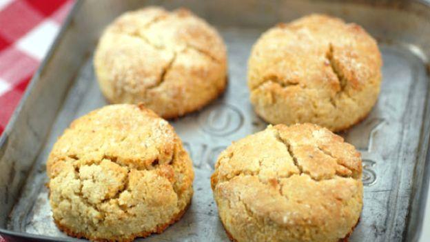 Anche i biscotti si possono fare senza uova e senza glutine. Senza rinunciare al gusto nè alla golosità, ecco come fare dei biscotti che possono mangiare tutti.