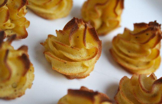 Heerlijke goudbruine licht krokante torentjes van smakelijke aardappelpuree. Met dit pommes duchesse recept maak je zelf eenvoudig zelf. Recept: www.vertruffelijk.nl