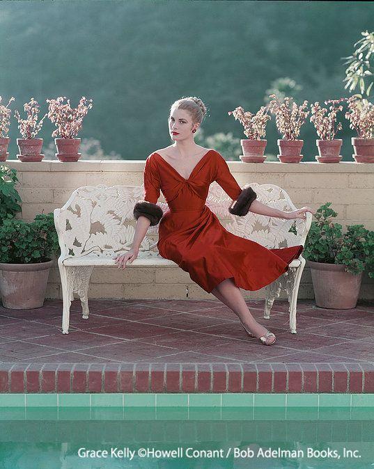 日本・モナコ友好 10周年記念 トップ女優からモナコ公妃へと、華麗なる変身をとげたグレース・ケリー。エルメスの「ケリー」バッグで知られ、美貌と洗練を誇った彼女のファッションを通して、その人生をご紹介します。