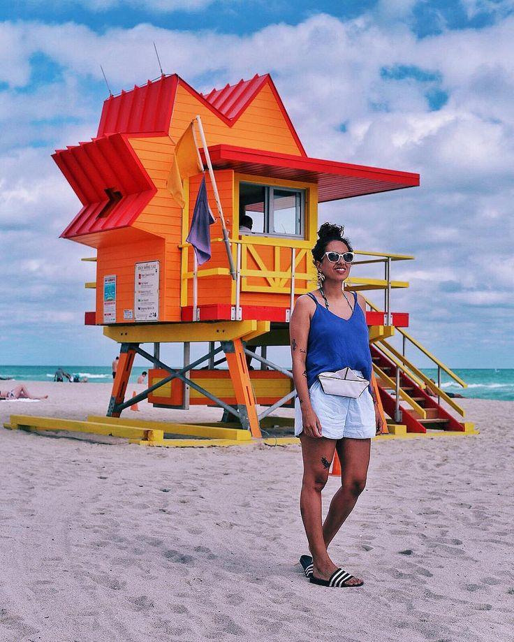 carla lemos, look de praia com pochete e chinelo slider em Miami