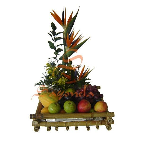 Arreglo compuesto por:        3 Aves del Paraíso      Follaje Canción de la India      Frutas Variadas