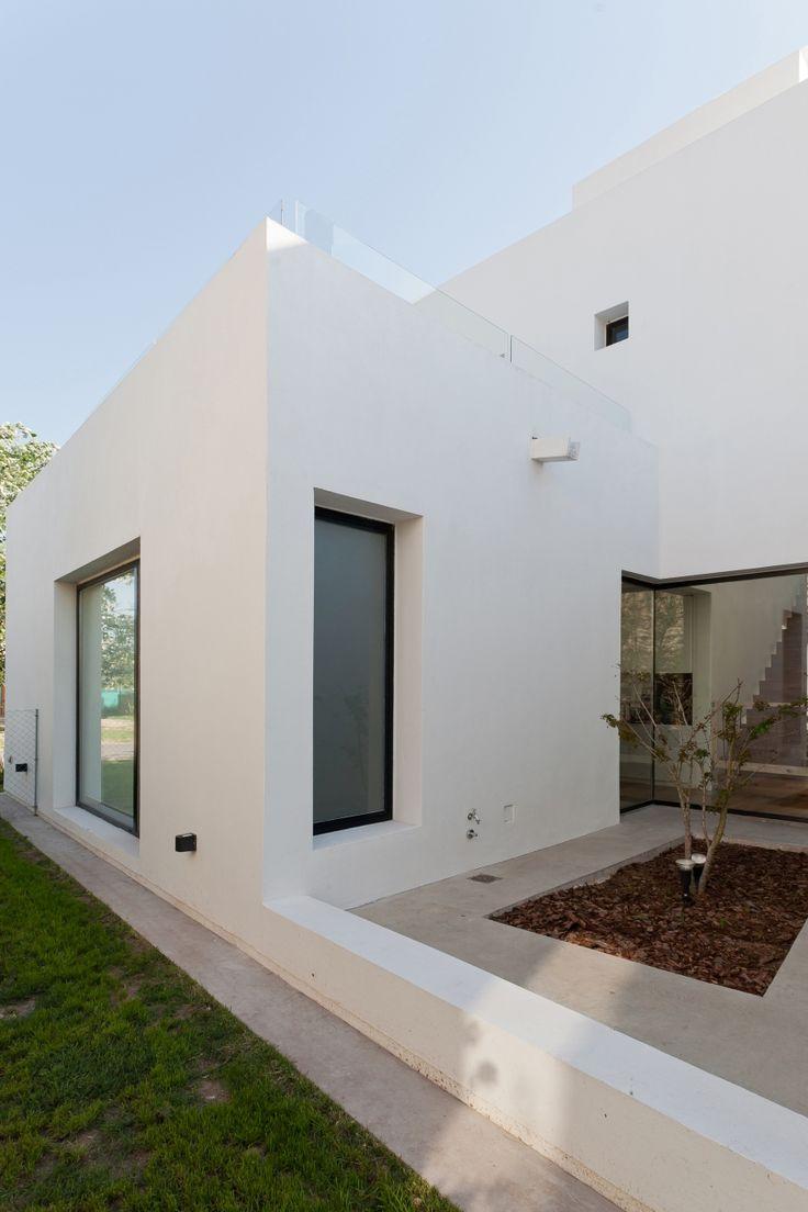 Diseño de fachada lateral de casa de dos plantas