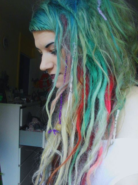 i like the combination of messy dreads and blunt bangs. i just love it.