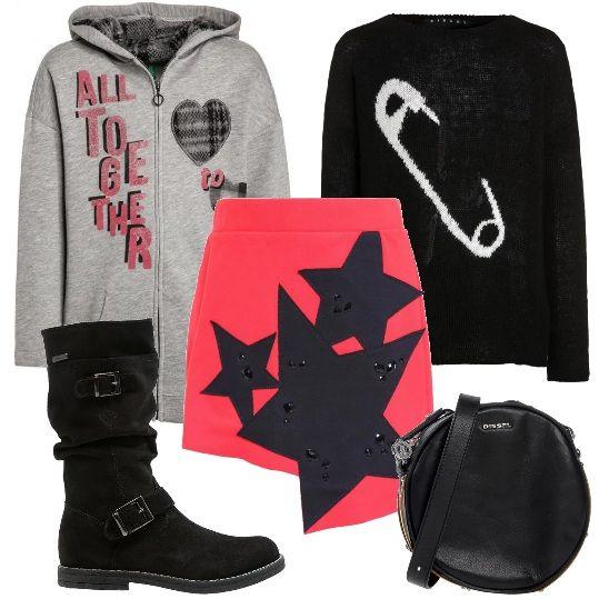 Outfit rosso, grigio e nero, per un pomeriggio con le amiche: maxi felpa, maglione in misto lana, minigonna in cotone elasticizzato, tracollina tonda in pelle e stivali alti di camoscio.