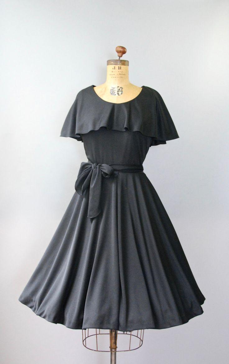 Absoluut perfect jaren 1970 zwarte jurk van de dag door Toni Todd met gesmoord taille, zeer volledige cirkel rok, mouwloos bovenlijfje met zeer grote beurt neer kraag, matching sash riem en verborgen terug rits. Bekleed. Zo lekker!  voorwaarde: uitstekend, vers schoongemaakte en klaar om te dragen Label: Toni Todd materiaal: dikke brei polyester  ---✄---Metingen---✄--- Bust: 36 in Taille: tot 30 in (kan kleinere cinch) schouder aan taille: 17 in lengte: 41 in passen: middelgrote tot grote…