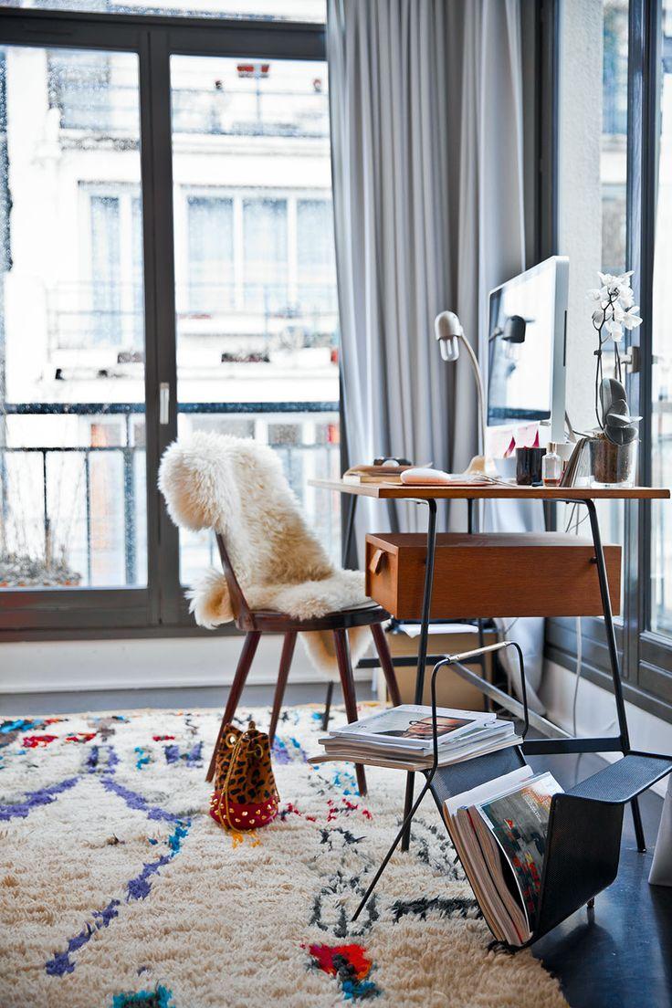 Tapis à poils longs, chaise + fourrure, et bureau minimaliste
