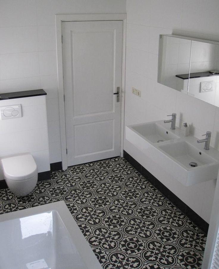 .portugese tegels, ouderwetse opstaande zwarte rand + modern wastafel/toilet