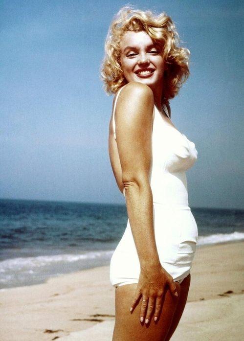 Maquillage nude dans des tons chauds (doré, marron, beige) pour l'été.  Sublime photo de Marilyn Monroe en maillot de bain vintage sur la plage