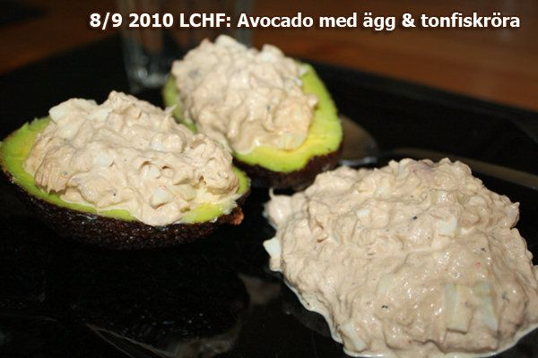Avocado med ägg & tonfisk Recept 2/pers 2 st avocado 2 burkar tonfisk 2 kokta ägg 2 msk majonäs 2 msk cream frash 0,5 hackad rödlök 1 tsk sambal oelek Svart/Vit peppar