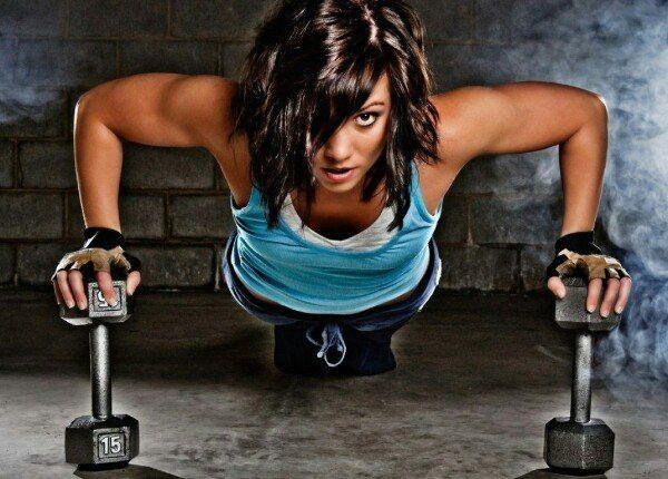 УПРАЖНЕНИЯ ДЛЯ СПИНЫ И ГРУДИ       Если человек тренирует спину и грудь в разные дни, он новичок. Опытные атлеты знают, что мышцы-антагонисты следует развивать в паре. Иначе можно получить сутулые плечи: спина не удержит перекачанную грудь.    1. Стандартные отжимания    Поднятие своего собственного веса — не такая уж и простая задача. И это один из самых безопасных способов укрепить грудные мышцы, так как вы точно не уроните на себя штангу. Напомню ещё раз о том, что всё тело должно быть…