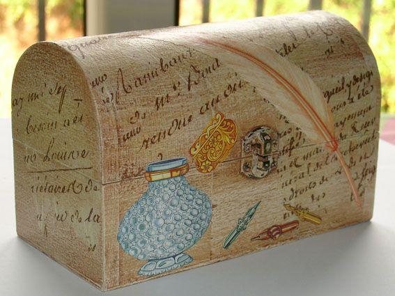 Una nueva cajita en decoupage, un pequeño baúl que he pintado en color crudo con una pátina marrón para envejecer, después le he pegado los recortes de papel de arroz con letras y encima los demás …