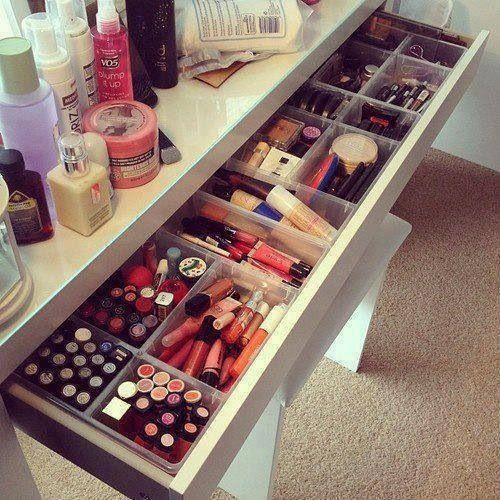 I would LOVE to have a makeup table like this!!