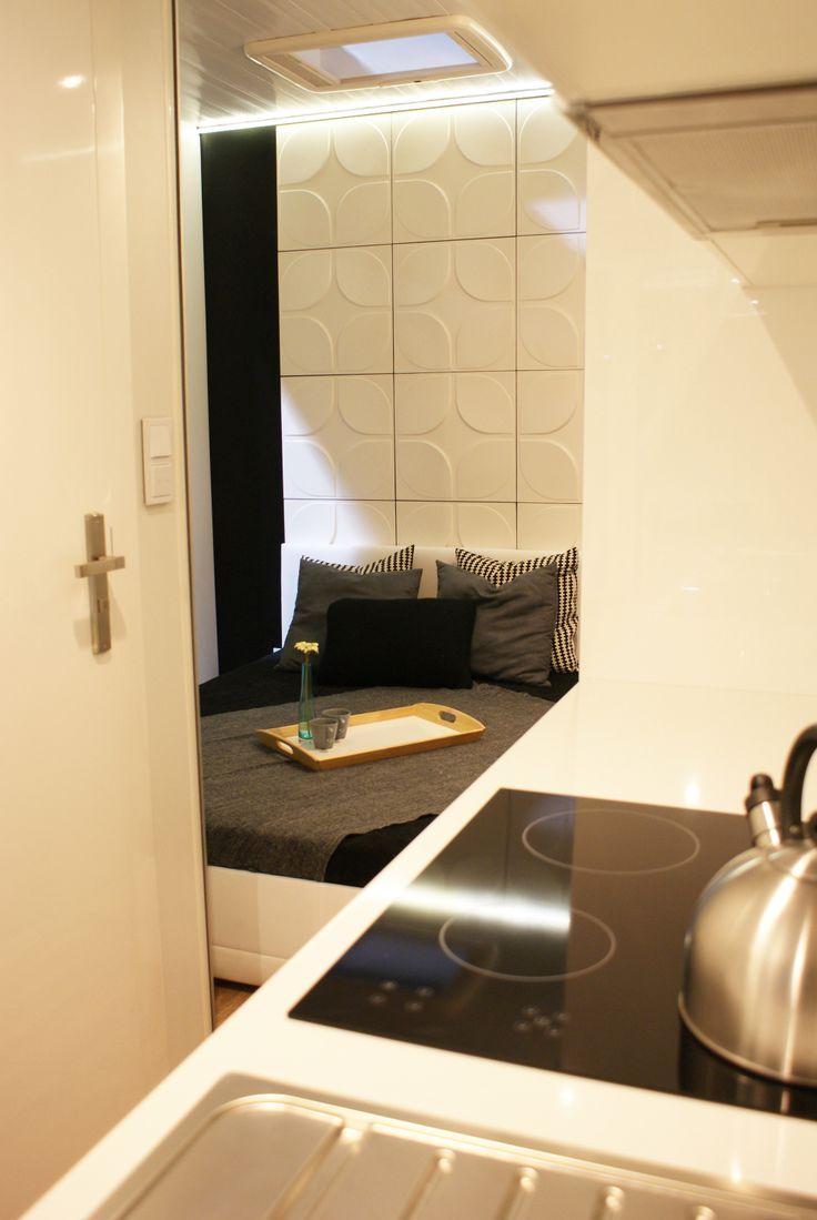 Widok z korytarza na sypialnię Rubiloft 24 m2
