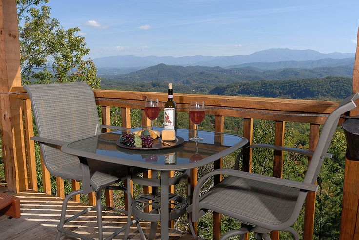 Running bear is a cozy getaway cabin located in wears for Gatlinburg dollywood cabins