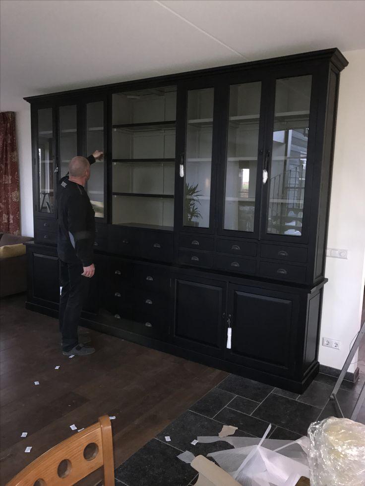 Mega grote apothekerskast in het chique zwart met grijze binnenkant, 20 laden en de kast is 370cm breed en 250cm hoog.