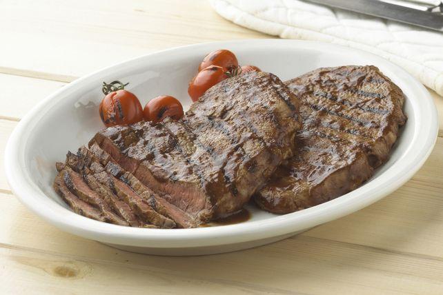 Cette recette deviendra à coup sûr un nouveau classique estival: la marinade attendrit le bifteck grillé, qui est encore plus savoureux grâce à la glace à base de sauce barbecue.