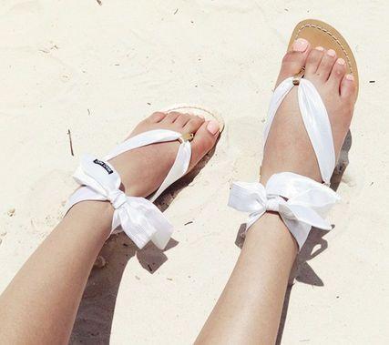 サンダルにリボンでビーチに行こう♡白いリボンアレンジアイデア