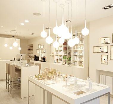 Une perle au coeur du 2ème arrondissement. E'clat est une boutique moderne lumineuse et urbaine qui propose des soins du visages Esthederm, cours de maquillage et manucures dans son espace institut. 75002 Paris - Institut de beauté