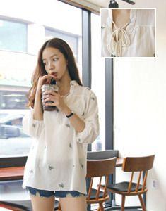 Today's Hot Pick :ナチュラル系リーフ刺繍シフォンブラウス【BAGAZIMURI】 http://fashionstylep.com/SFSELFAA0023331/bagazimurijp/out ナチュラル系リーフ刺繍シフォンブラウス。 やわらかいナチュラル系シフォンブラウスです。 木の葉モチーフの刺繍がアクセント♪ ネックラインのストリングと品のあるチャイナカラーがポイントです。 ショーパンやシンプルなパンツとのコーデがおススメ★ 全体的に透け感のあるシフォン素材で軽く着心地抜群です◎ ◆2色:アイボリー/ライトカーキ