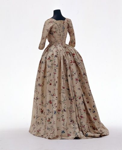 Rear view, robe à l'anglaise, fabric: China for the englisch market, c. 1780. Cream silk painted with a floral pattern of flower sprays in red and blue.