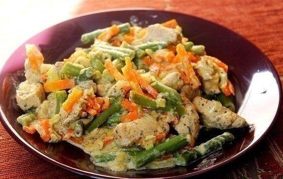 Фото к рецепту: Курица со стручковой фасолью и овощами в сливочном соусе