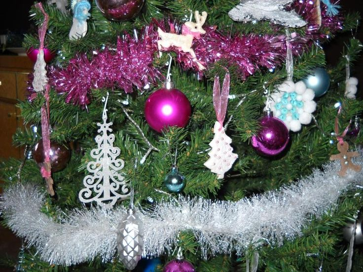 Particolare dell'albero di Natale con alcune decorazioni home made