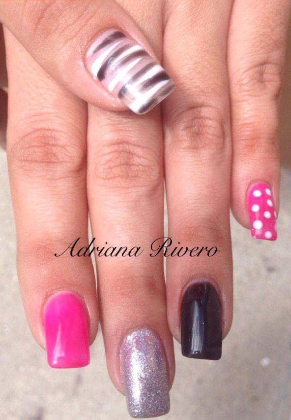 Uñas acrílicas tamaño mediano en colores vivos pintadas a mano con gel #laquerpro #pink #black #zebra #silver #glitter #dots