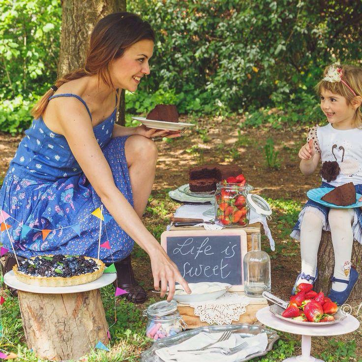 Io e Lia con due delle mie torte. Una torta al cioccolato e caffè, ed una crostata di kamut con semi di papavero, crema chantilly, more e mirtilli  Foto di Giulia Morandi, www.fotopiperita.it