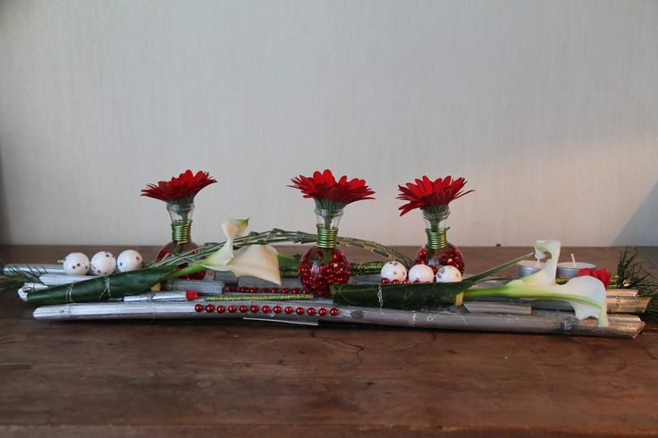 joli centre de table Joli centre de table avec un support en polygonum bombé (60 centimes environ) et des minis vases qui contiennent des gerberas. il y a aussi des callas, des minis boules de noël et des petites décos