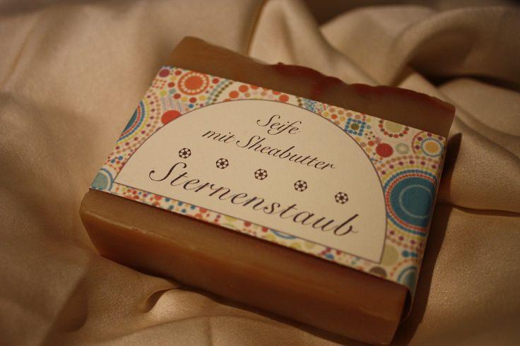 Stardust (stjärnstoft) - En kallrörd tvål med unikt utseende tack vare dess struktur och en recept där sheasmöret ger huden vård och näring. En oemotståndlig varm och jordnära doft av sandelträ, mysk, patchouli, citron, bärnsten och en antydan av kanel.  Vikt: 100 gr – Handgjord i Tyskland