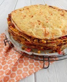 Mexicaanse wraptaart. Een heerlijk gerecht en het is helemaal niet ingewikkeld om te maken. Opgebouwd uit laagjes wraps en Mexicaans gehakt mengsel.