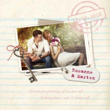 Romantische retro trouwkaart met een mooi foto van het bruidspaar, een sleutel en label op de voorzijde. Heb je hulp nodig, vraag ons dan gerust, wij helpen je graag!