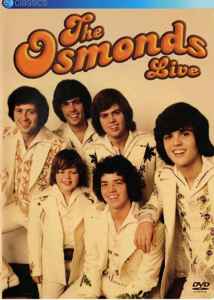 """En el inicio de la década de los 70s eran muy populares y exitosos los grupos musicales familiares entre ellos The Osmonds, una familia mormona originaria de Utah en la que 5 de los hermanos probara las mieles del éxito, cantando, tocando y bailando como precursores de las bandas de teen boys que hoy aparecen, """"triunfan"""" y desaparecen en unos cuantos meses. Aquí una probadita de la música, bailes y vestuario de una presentación de 1972 http://youtu.be/TrhkOcjHJoY"""