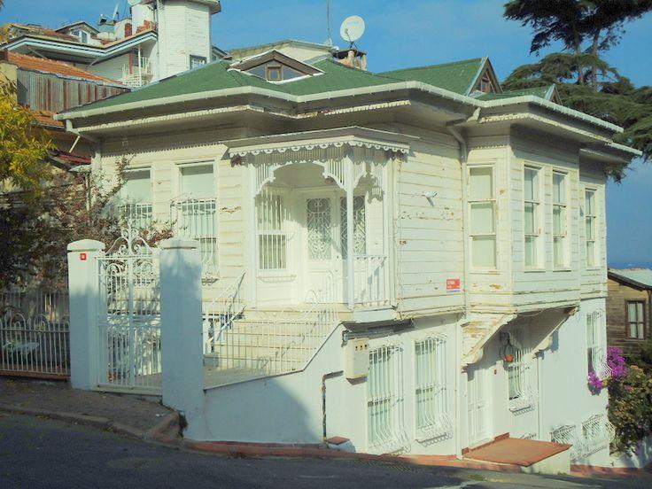 Heybeliada,Refah Şehitleri caddesinde restore edilmiş ahşap bir ev...
