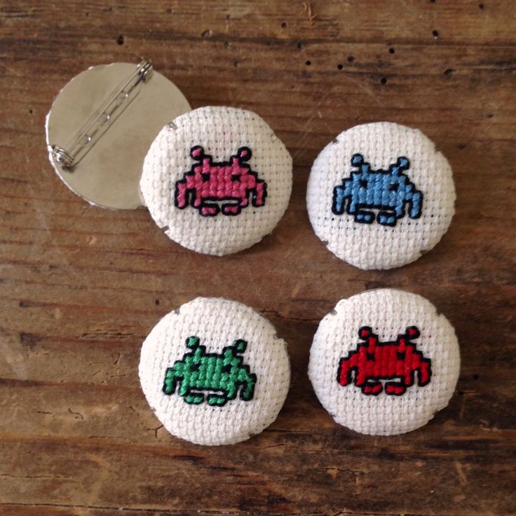 Spille con Space Invaders a punto croce by Impiastro viola #crosstitch #spaceinvaders #pin