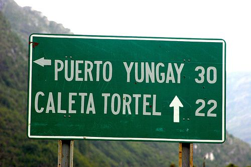 CARRETERA AUSTRAL: cartel indicativo en el empalme hacia Puerto Yungay y Caleta Tortel