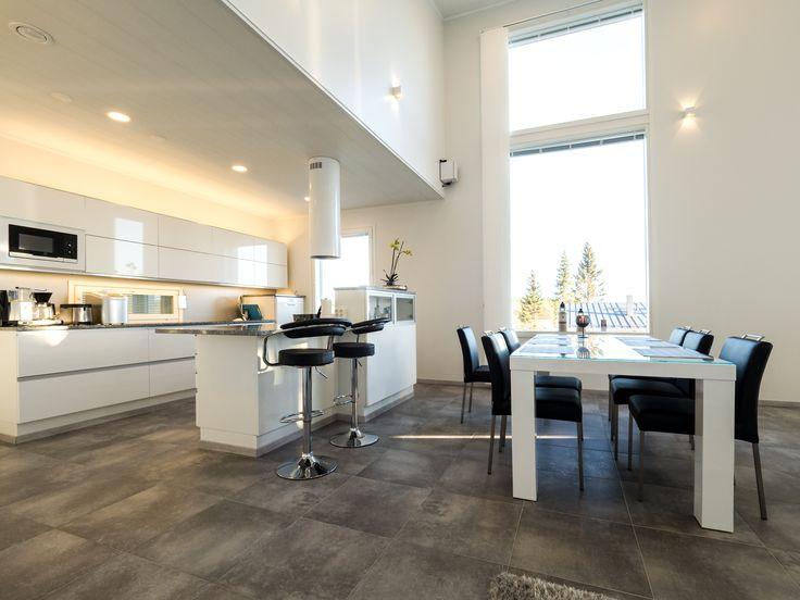 Kitchens are one of the busiest areas in the home and bright and smooth lighting makes them more enjoyable and efficient. Beautiful kitchen and dining room with Lilja & Hydra LED-lights.   Keittiöt ovat kiireisimpiä paikkoja kodissa - kirkas ja tasainen valaistus tekevät niistä miellyttävämpiä paikkoja olla. Tämän keittiön ja ruokatilan valaistus on toteutettu Lilja & Hydra LED-valaisimilla.