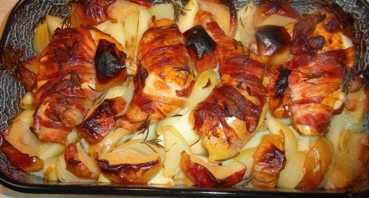 """Csirke """"Pékné"""" módra: Az eredeti recept a csülök Pékné egy nagyon népszerű és finom étel, de az elkészítése otthon kicsit nehézkes, hosszú időt vesz igénybe, ráadásul a csülköt nem mindenki szereti. A csirkéből készült verzió egyszerűbb, egészségesebb, de ízében ugyanolyan finom, ha nem finomabb. Azért hogy kicsit mégis ragaszkodjunk, az eredeti ízekhez, a receptben használunk egy nagy adag bacont."""