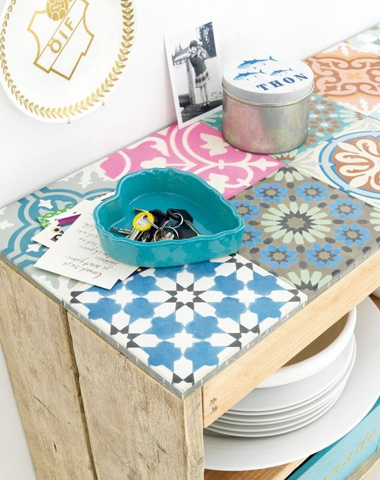 Ideal for a back porch. DIY - Tile a crate | 101woonideeen